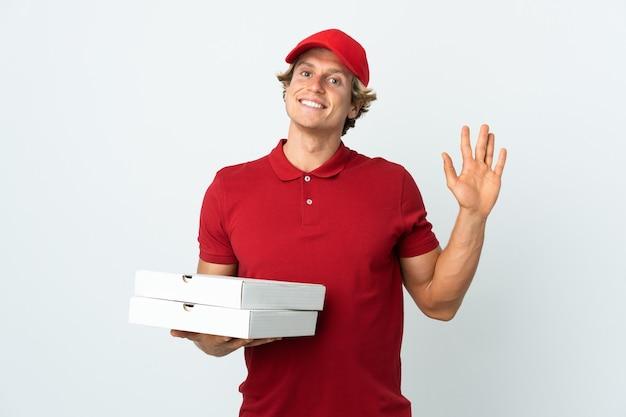 Pizzabezorger over geïsoleerde witte groet met hand met gelukkige uitdrukking