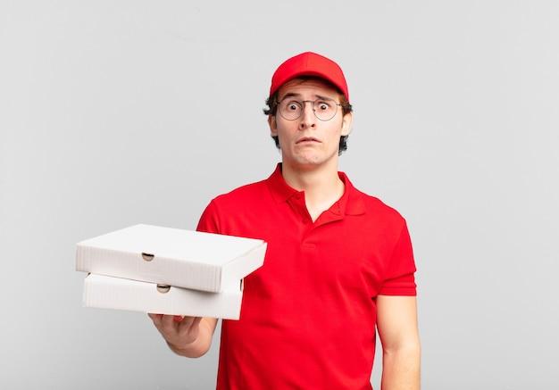 Pizzabezorger voelt zich verdrietig en zeurderig met een ongelukkige blik, huilend met een negatieve en gefrustreerde houding