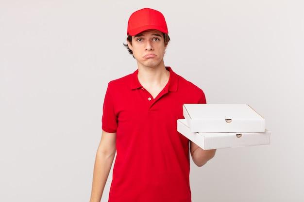 Pizzabezorger voelt zich verdrietig en zeurt met een ongelukkige blik en huilt