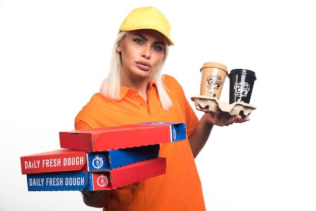 Pizzabezorger vrouw met pizza en koffie op witte achtergrond. hoge kwaliteit foto