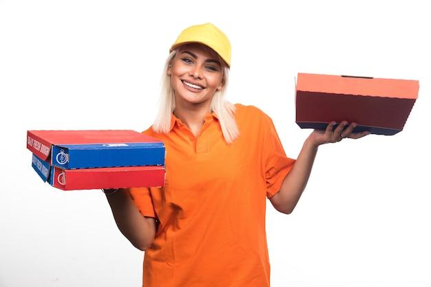 Pizzabezorger vrouw met pizza op witte achtergrond tijdens het glimlachen. hoge kwaliteit foto