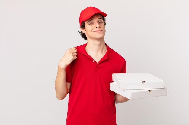 Pizzabezorger ziet er arrogant, succesvol, positief en trots uit
