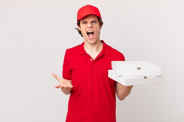 Pizzabezorger ziet er boos, geïrriteerd en gefrustreerd uit?