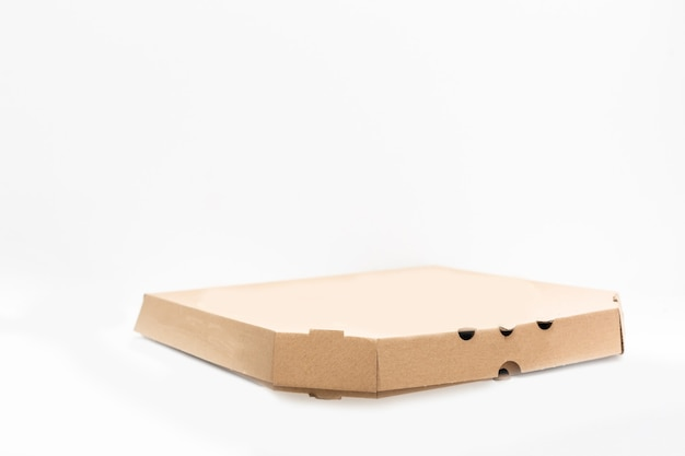 Pizzadoos geïsoleerd op witte achtergrond
