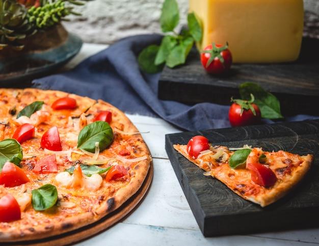 Pizzamargarita met garnalen op tafel