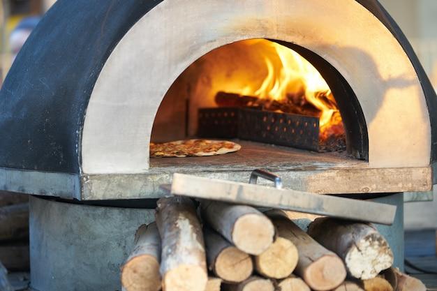 Pizzaoven om warm te bakken met brandhout voor energie