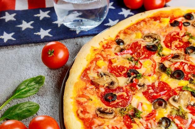 Pizzapartij voor amerikaanse vakantie op houten tafel.