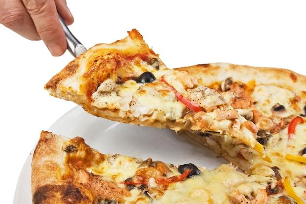Pizzaplak op witte achtergrond wordt geïsoleerd die