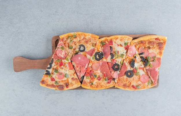 Pizzaplakken gebundeld op een klein dienblad op marmer