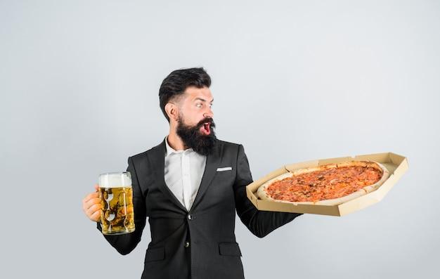 Pizzatijd verraste man met baard houdt heerlijke pizza in doos en pizzabezorging met koud bier