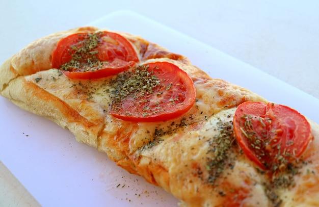 Pizzatoost met tomaat en oregokruid