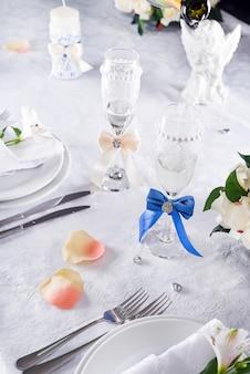 Plaat bij de huwelijkslijst met glas op wit