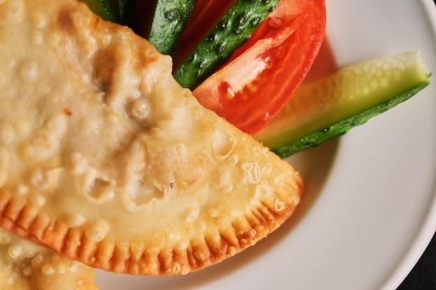 Plaat cheburek vegitables diner nationale heerlijke maaltijd bovenaanzicht