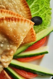 Plaat cheburek vegitables diner nationale heerlijke maaltijd