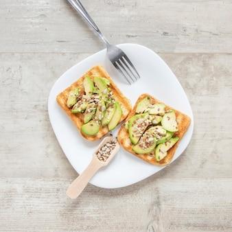 Plaat met avocado en zaden toast