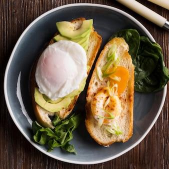 Plaat met brood en gebakken ei