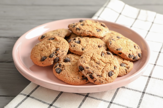 Plaat met chocolate chip cookies en ruimte voor tekst op houten tafel