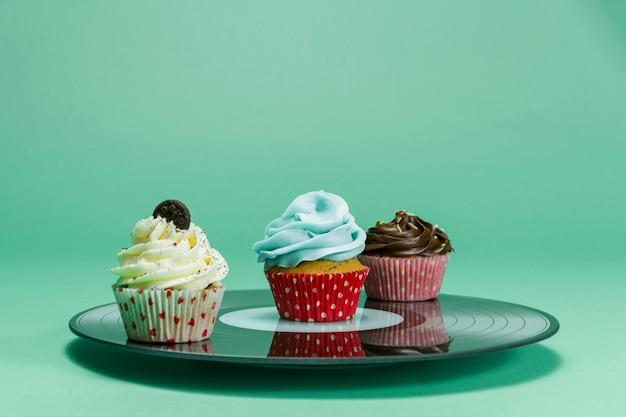 Plaat met drie smakelijke cupcakes