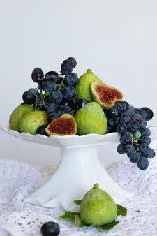 Plaat met druiven en rauwe vijgen