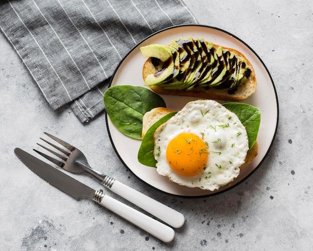 Plaat met gebakken ei