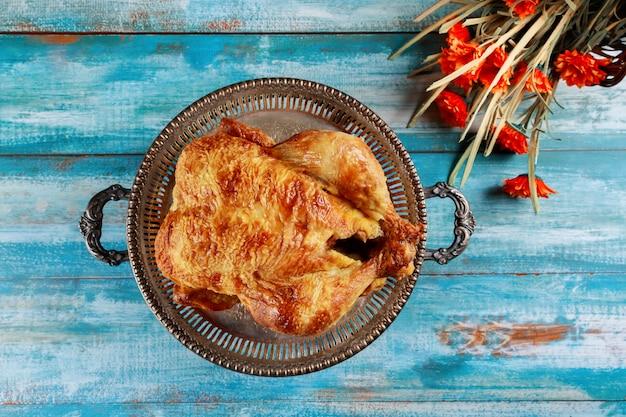 Plaat met geroosterde kalkoen op thanksgiving day.