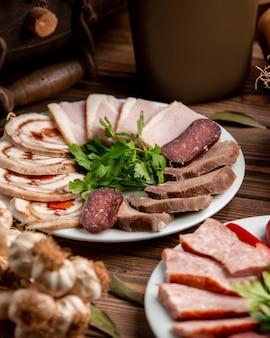 Plaat met gesneden ham en worstjes