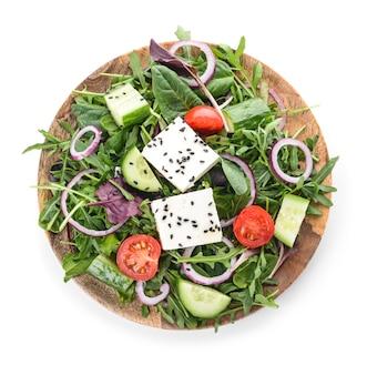 Plaat met gezonde salade op witte achtergrond