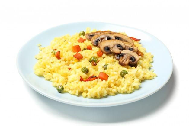 Plaat met heerlijke rijst en champignons geïsoleerd op een witte ondergrond