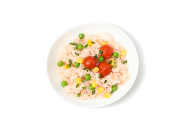Plaat met heerlijke rijst en groenten geïsoleerd op een witte ondergrond