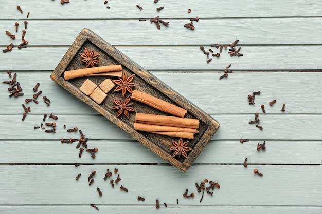 Plaat met kaneel, anijsplant en suiker op houten