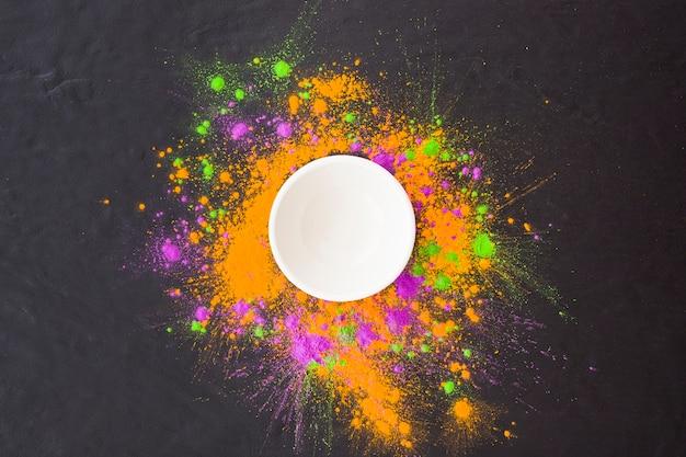 Plaat met kleurrijk poeder op tafel