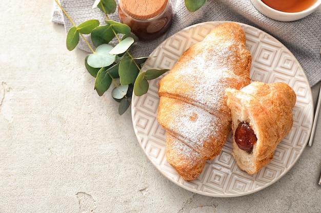 Plaat met lekkere croissant op lichttafel
