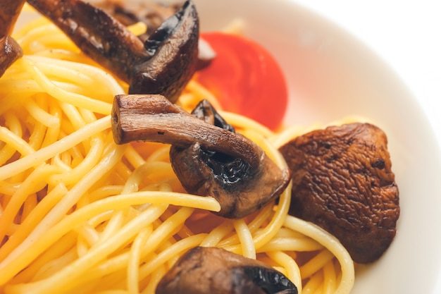 Plaat met lekkere pasta en champignons, close-up
