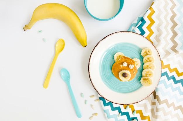 Plaat met pannenkoeken en banaan