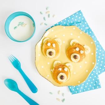 Plaat met pannenkoeken en melk