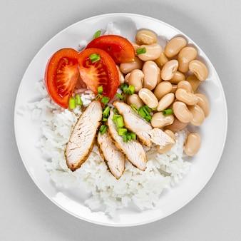 Plaat met rijst en bonen