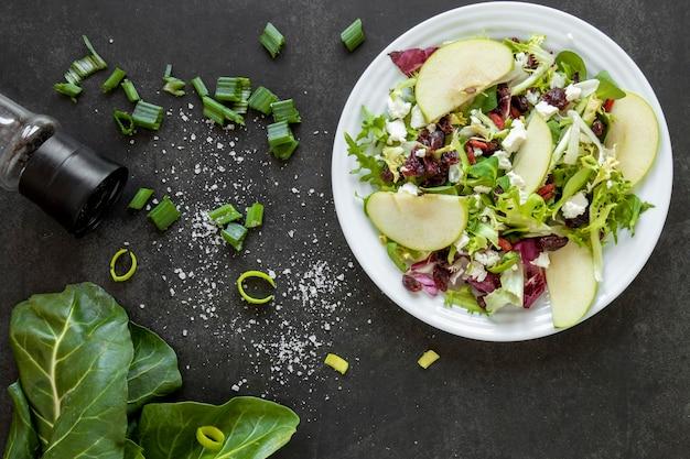 Plaat met salade met appels