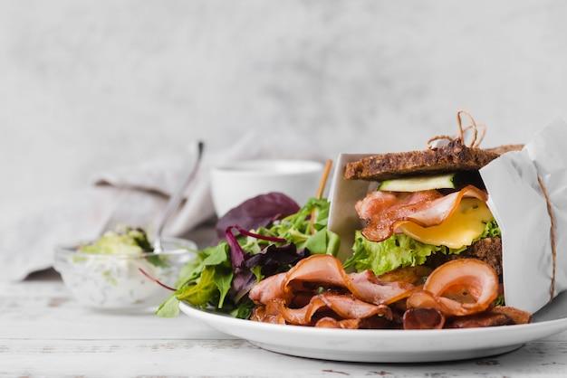 Plaat met sandwich op tafel