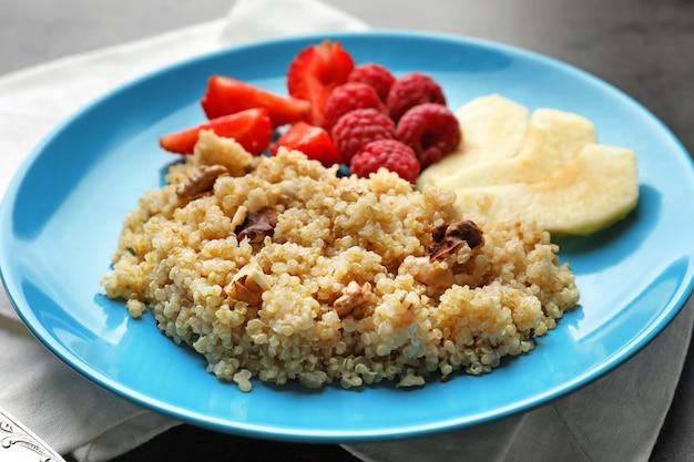 Plaat met smakelijke quinoa op tafel
