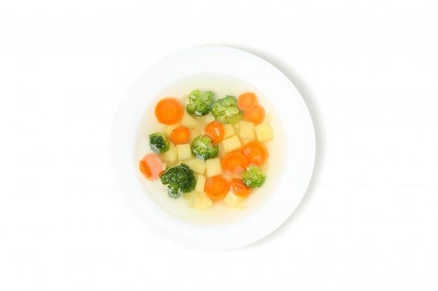 Plaat met soep die op wit wordt geïsoleerd