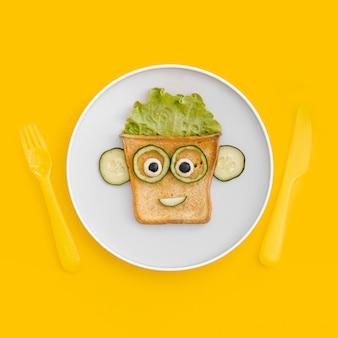 Plaat met toast gezichtsvorm met appel op tafel
