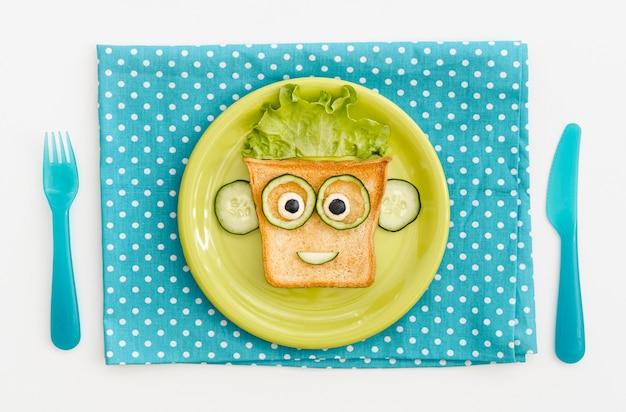 Plaat met toast gezichtsvorm met appel