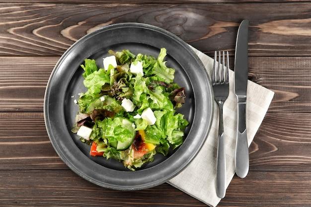 Plaat met verse groentesalade op tafel. diëet voeding