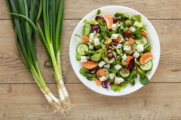 Plaat met verse salade op tafel