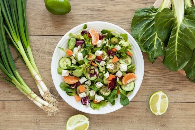 Plaat met verse salade