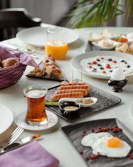 Plaat met worstjes en omelet