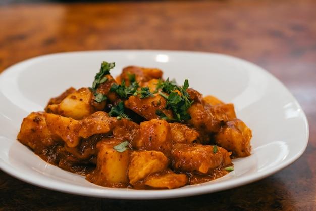 Plaat van aardappelen in saus.