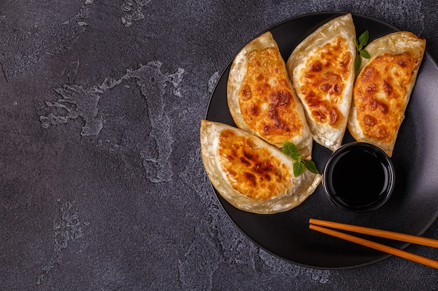 Plaat van aziatische gyoza, knoedelsnack met sojasaus