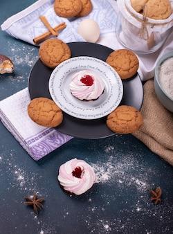 Plaat van cake en koekjes en bloem