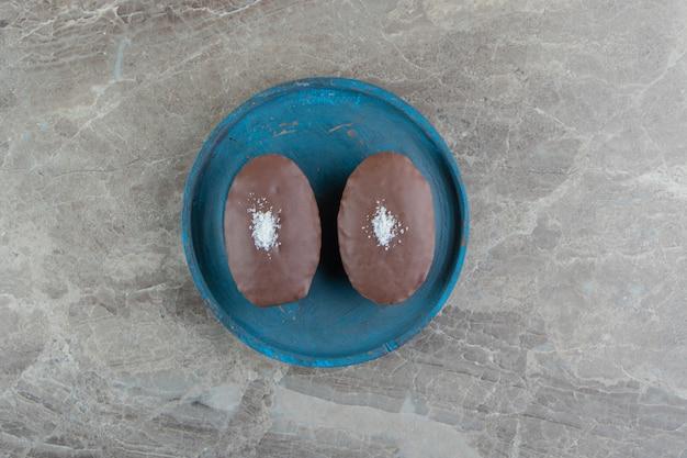 Plaat van chocoladetaart op marmeren oppervlak
